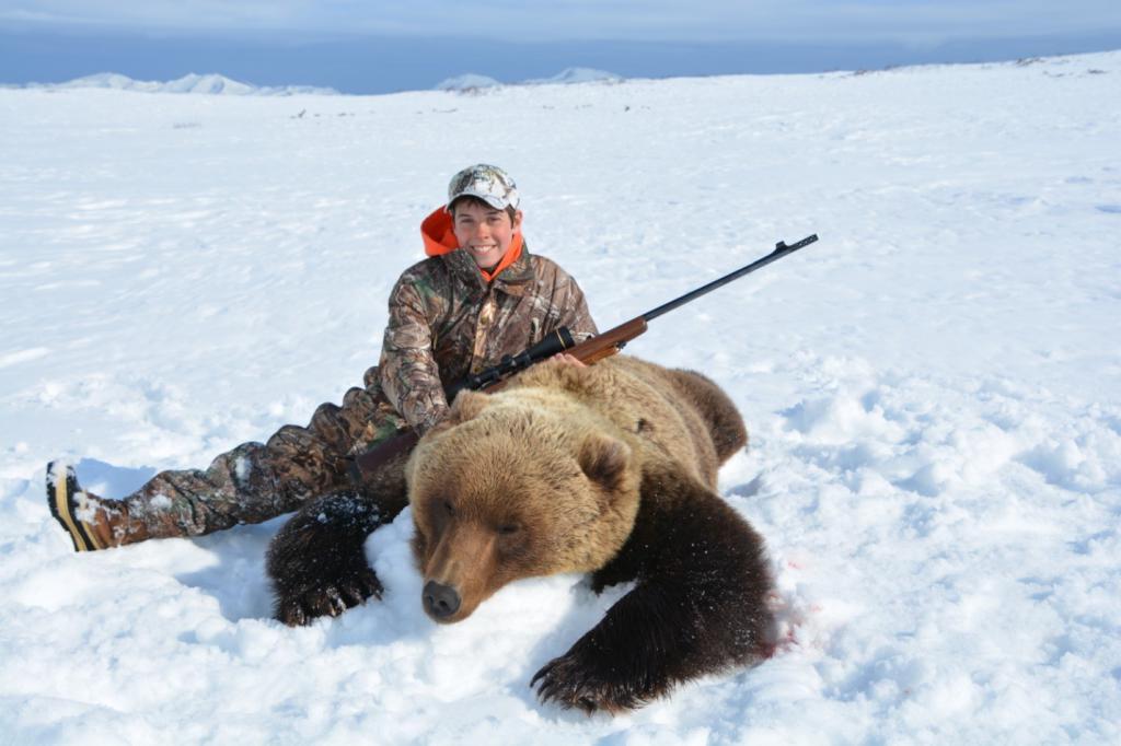 Молодой снайпер и убитый медведь.