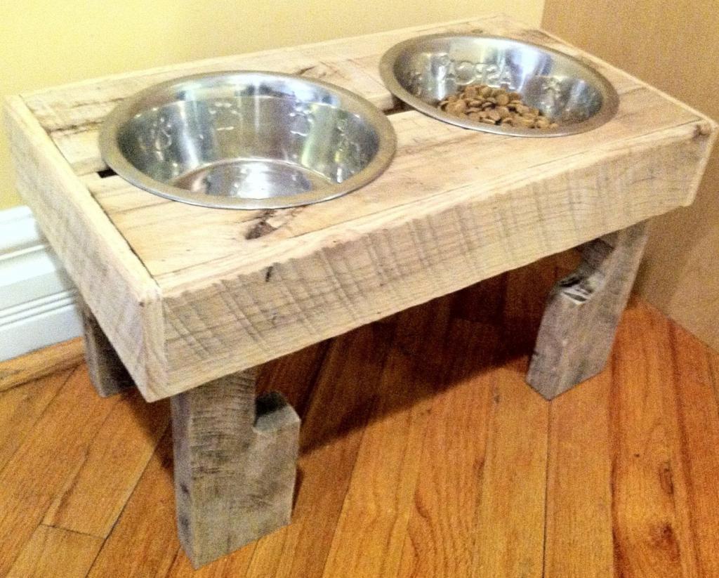 Миска для собак из табурета.